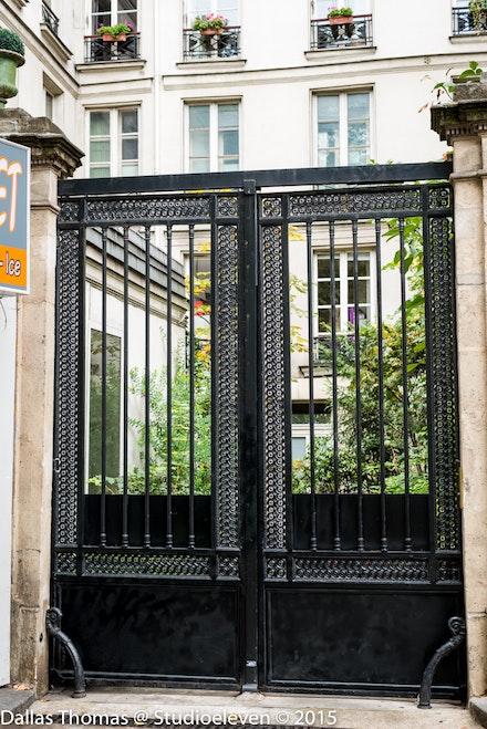 Paris has many grande gates like this example 9699