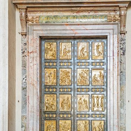 118 Rome Day 7 301115-4759-Edit - Rome is s city full of elegant doors.